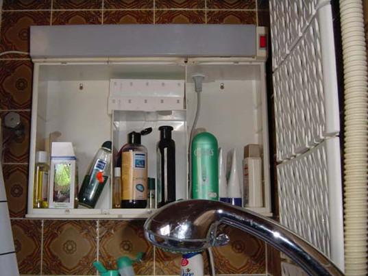 Spiegelschrank in Badewanne