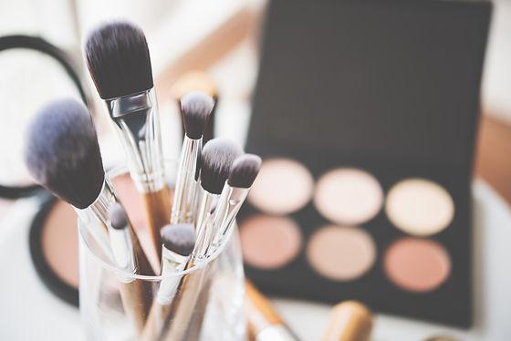 Professional makeup brushes and tools.jp