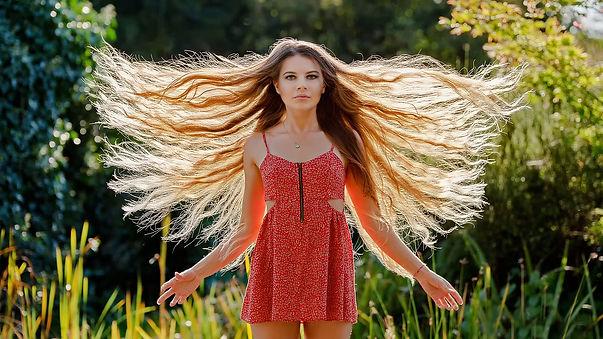 長い髪の女性.jpg