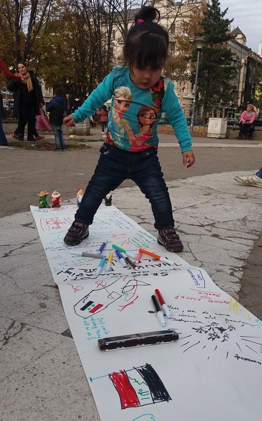 Bambina siriana che gioca