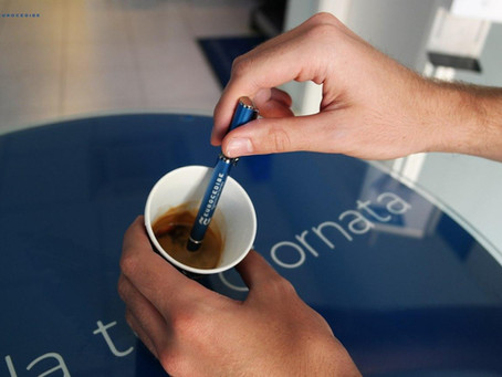 Lo sai che il caffè può essere mescolato anche con la penna?