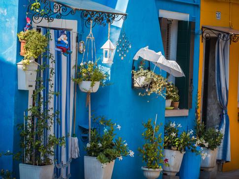 Ombrelle et pots de fleurs