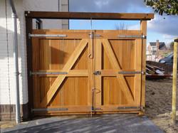 Hardhouten dubbele-deurse poort