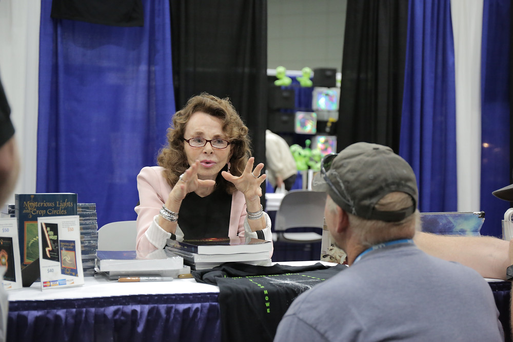 Linda Moulton Howe chatting with fan