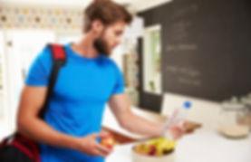 spor yapan adam, spor sonrası beslenmek, antrenman sonrasında yemek yemek, antrenman sonrası takviye