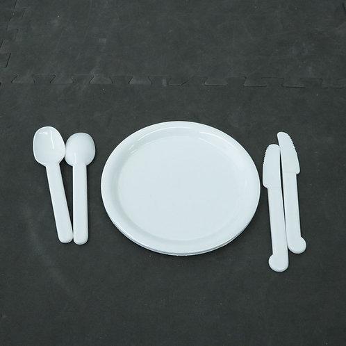 1 assiette et 4 ustensiles en plastique
