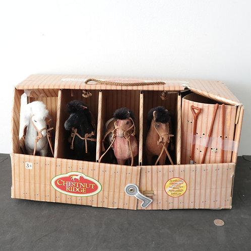 Chevaux avec boîte (enclos) et outils
