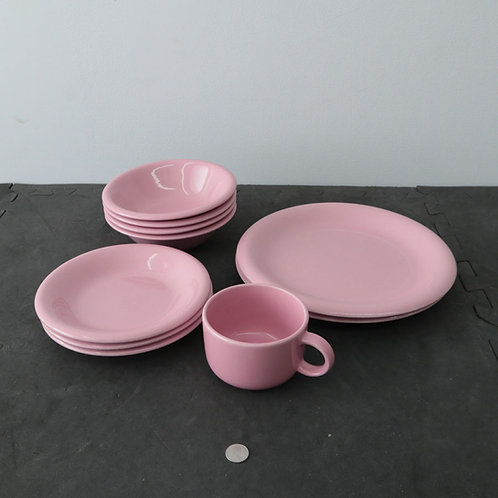 2 grandes assiettes, 3 petites, 4 bols, 1 tasse