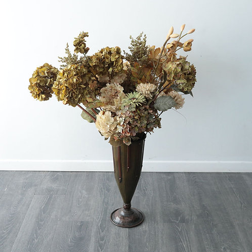 Vase de métal avec fleurs