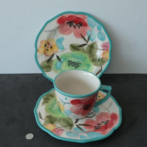 Une tasse avec 2 assiettes