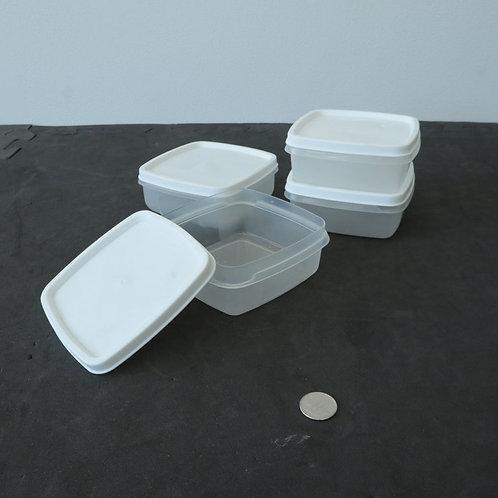 4 petits plats de plastique