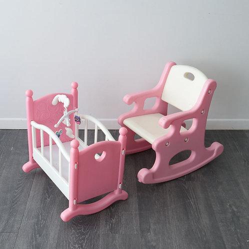 Chaise berçante et lit poupée