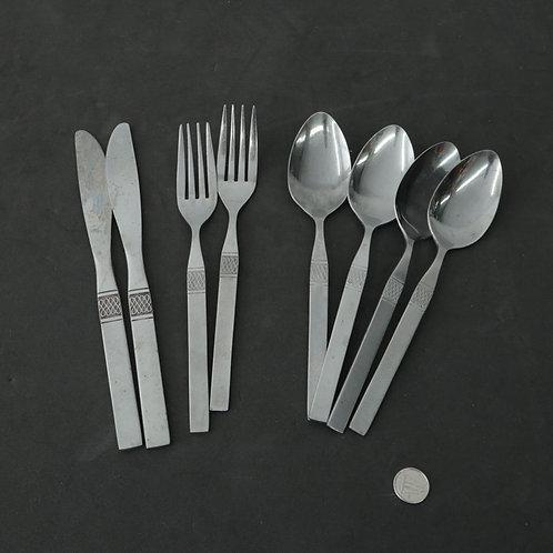 2 couteaux, 2 fourchettes 4 cuillères à soupe