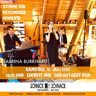 """Das Trio mit Holger Engel (Piano) und Stefan Günther-Martens (Drums) spielt gefühlvolle Jazz- und Pop- Songs und lädt zum Träumen und Genießen ein.     Musik ist schon immer ihre Leidenschaft! In ihr findet sie die Welt, in der sie ihre Gefühle zum Ausdruck bringen kann.    """"Die Musik ist (m)ein Ventil, sie bringt gute Laune mit sich. Sie ist echt, gefühlsbetont und hebt die Stimmung."""" Jeder Auftritt ist etwas Besonderes: gefühlvoll, liebevoll arrangiert und auf den Punkt gebracht.    Zwischen Songs von Alicia Keys bis Rihanna, über Bette Midler bis Tori Kelly und Adele, befinden sich auch Jazz und viele deutschsprachige Songs in ihrem Repertoire.  """