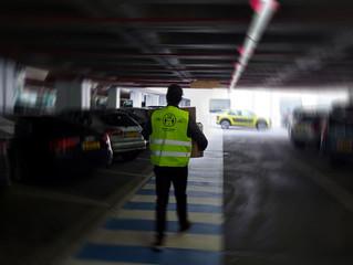 Donatie RIVA Safety Management en Easie.nl van 100 veiligheidshesjes aan het Erasmus MC