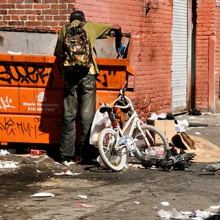 _Trashpicker_Orange_dumpster_White-kids_