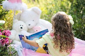 little-girl-reading-912380_640.jpg