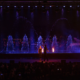 Fotia mākslinieki apvieno udeni un uguni vienotā priekšnesumā