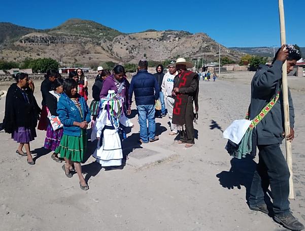 Teuctli (de sombrero) presenciando una ceremonia Cora previa a la primavera en Mesa del Nayar.
