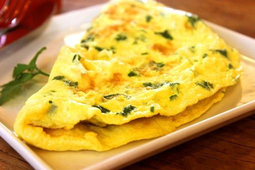 omlet z zielonymi dodatkami - z superfoods