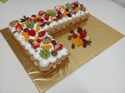 pastel con forma de letra