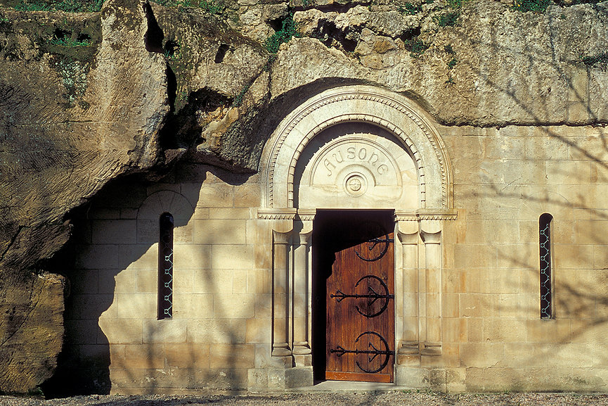 16_AUSONE_Entrée_des_caves_2.jpg