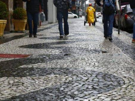 Noemia Rocha solicita a limpeza da calçada da rua Doutor Simão Kossobudski, no Boqueirão