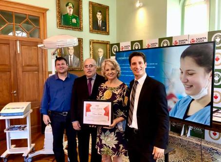Noemia Rocha recebe honraria pelo Hospital Santa Casa