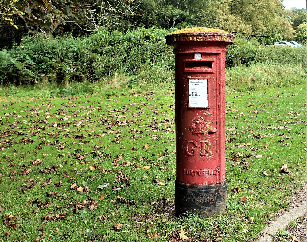 A true British pillar box/letter box/post box/mailbox – as you like best! (Image by Joy Reed from Pixabay)