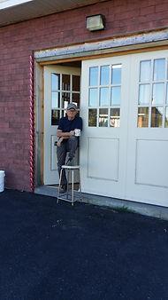 L'Artisan ébéniste devant son atelier
