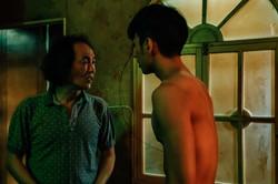 鍾岳軒飾演被繼父家暴逼迫賣淫的主角小光.jpg 的副本.jpg
