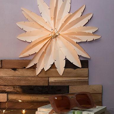 Une décoration de plumes de papier