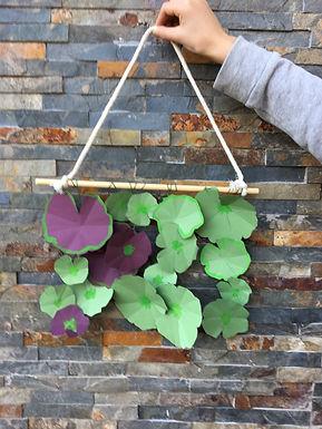 Une suspension de feuilles de géraniums en papier