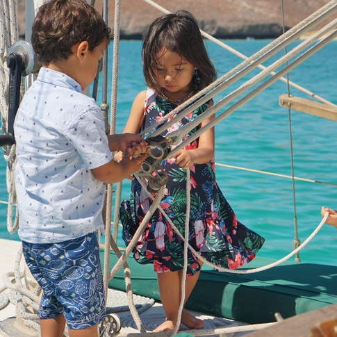 Niños aprendiendo a velear