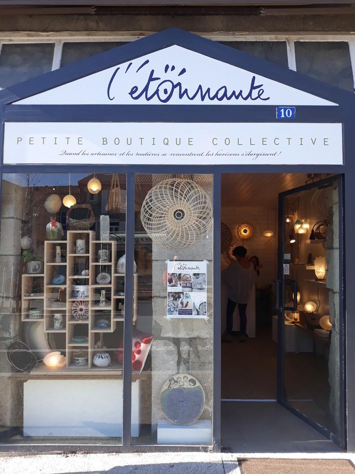 L'Etonnante boutique, 10 place des Croix, 42410 Pélussin. Région Rhône Alpes. Entre Lyon, Saint Etienne et Vienne. 