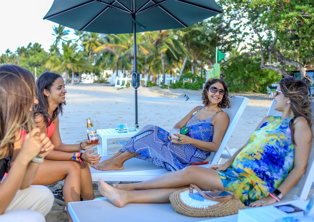 Personas Disfrutando en Playa Dorada