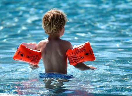¿Podemos contagiarnos de COVID-19 al bañarnos en una piscina?
