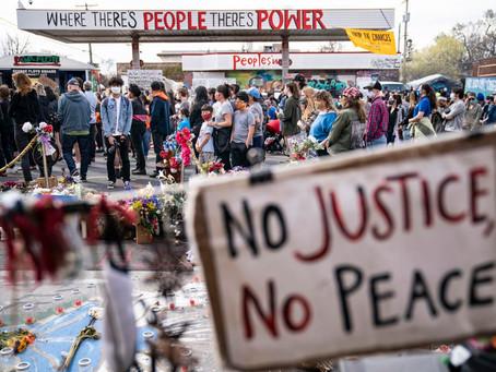 Manifestantes se reúnen afuera de un establecimiento Cup Foods en Minneapolis