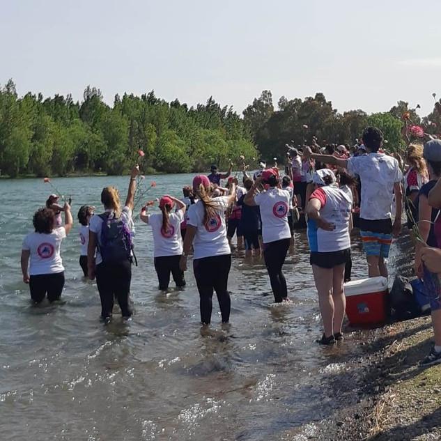 Cerimônia da Flor, para lembrar das mulheres que faleceram por causa do câncer de mama e para receber novas remadoras.