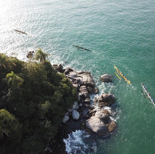 Visão aérea das canoas OC6 em disputa