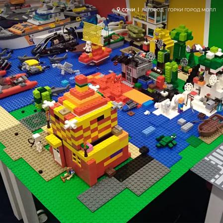 Маленькие любители Minecraft создали квадратный мир в Легород - Горки Город Молл!