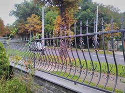 kovana ograda sa zlatnom patinom