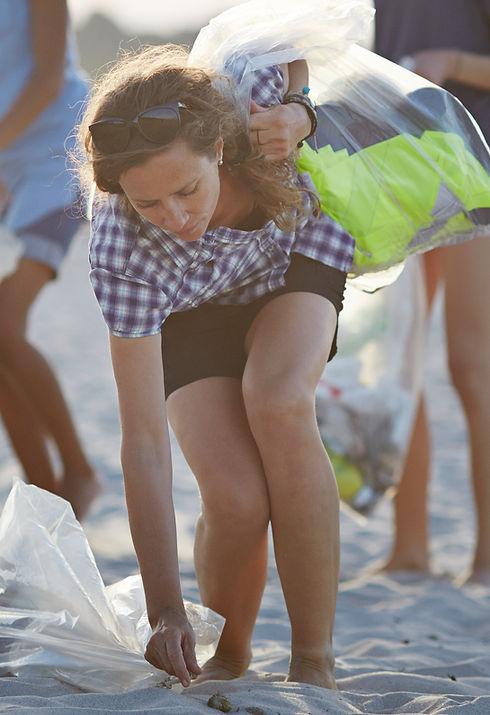 Recogiendo basura en la playa