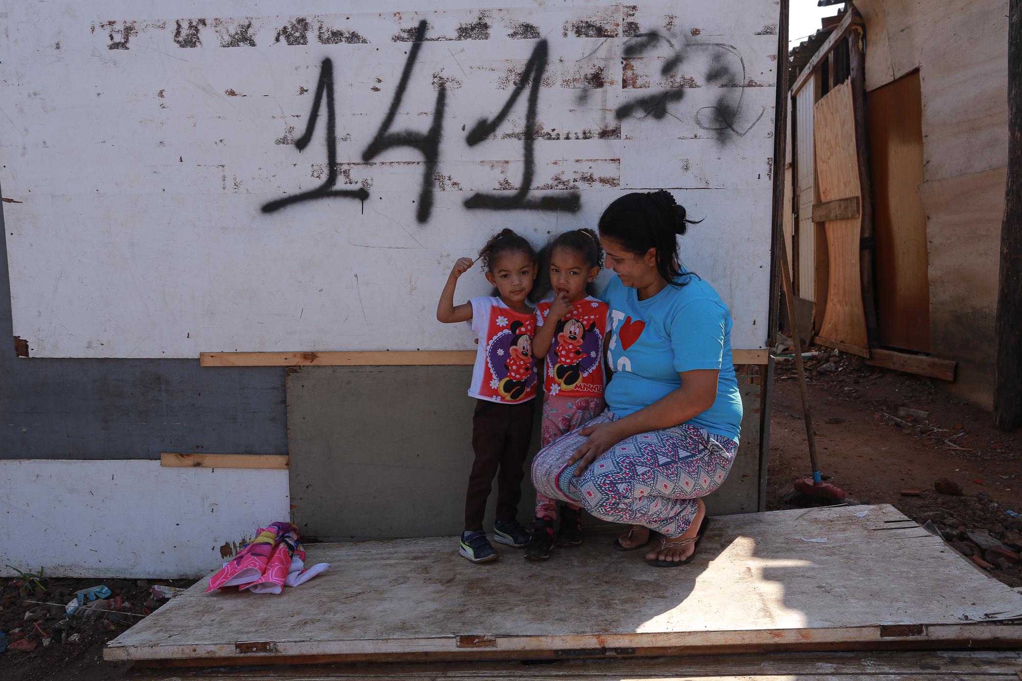 """Aline Venâncio, 30, e suas gêmeas de três anos: """"Estamos vivendo com o auxílio emergencial e com as"""