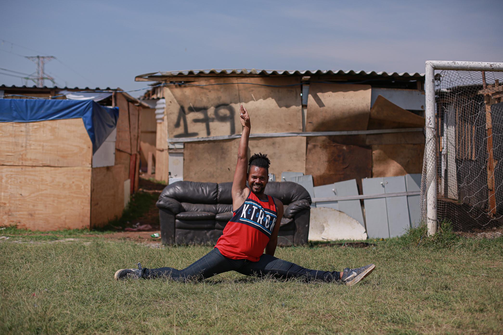 Buba Rodrigues, professor de dança desempregado, tem feito a ponte entre a ocupação e órgãos público