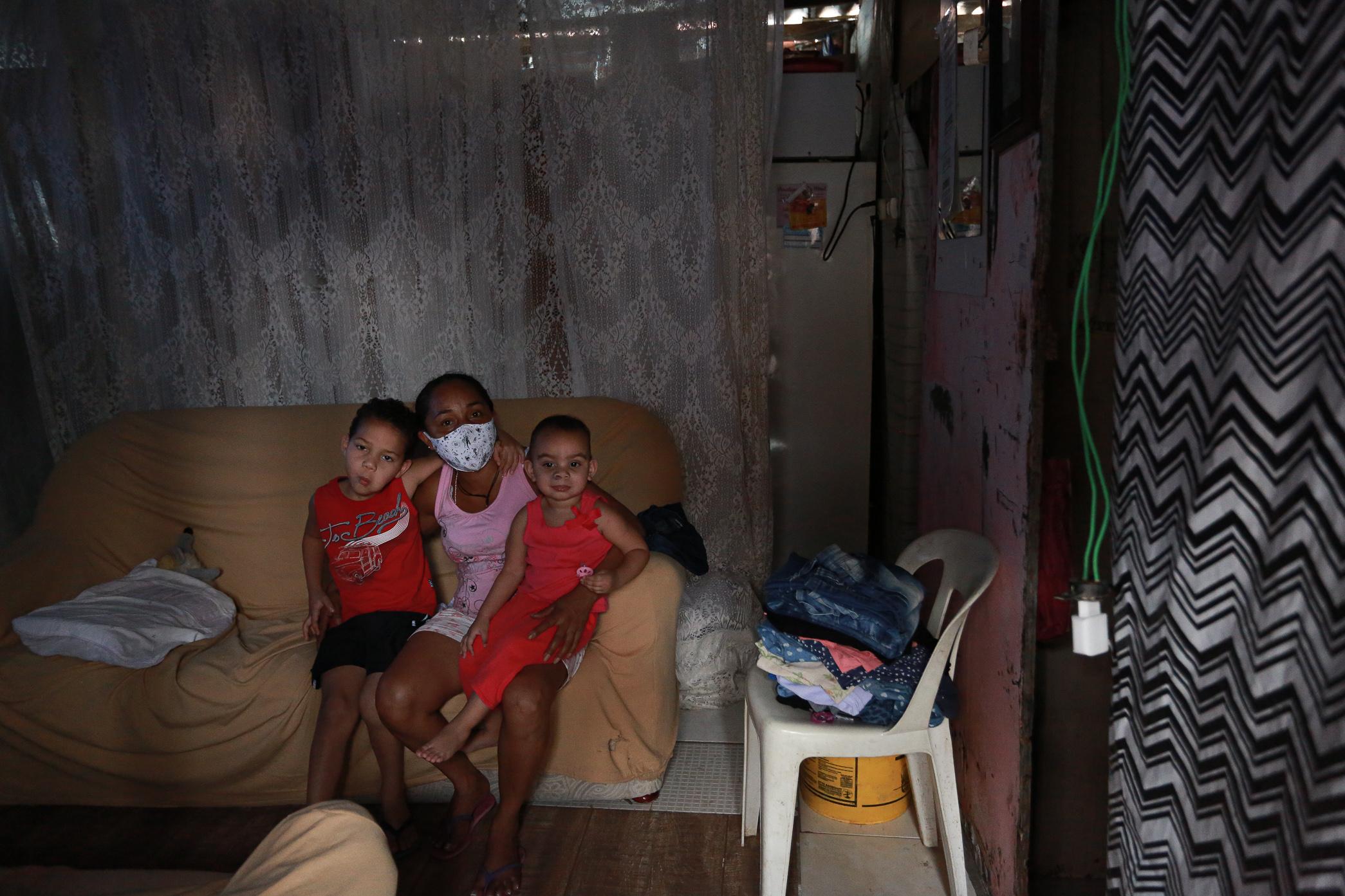"""Ana Cristina da Silva, 41: """"Moro na ocupação Elza Guimarães com meu neto, minha filha e minha esposa"""