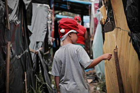 Menino caminha em ocupação do Movimento dos Trabalhadores Sem Teto - São Bernardo do Campo, dezembro de 2017