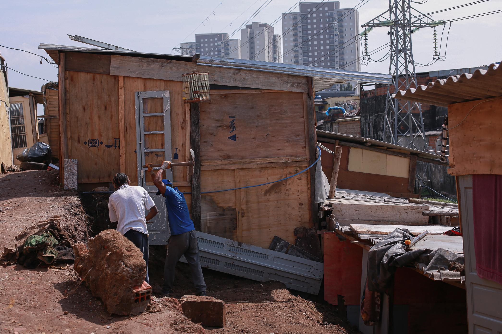 Moradores novos construindo casa na ocupação formada por pessoas que perderam suas casas durante a p
