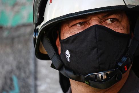 Policial Militar usa máscara com caveira marca da coorporação em ato pelo fim do genocídio de pessoas negras - São Paulo - Maio de 2020