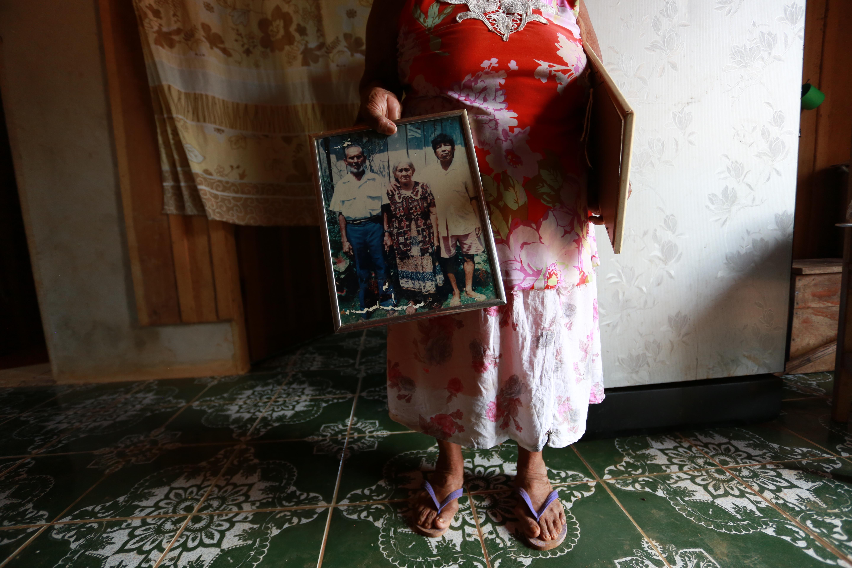 """Maura Wajuru mostra retrato dos pais indígenas porque acredita precisar """"provar"""" ascendência"""
